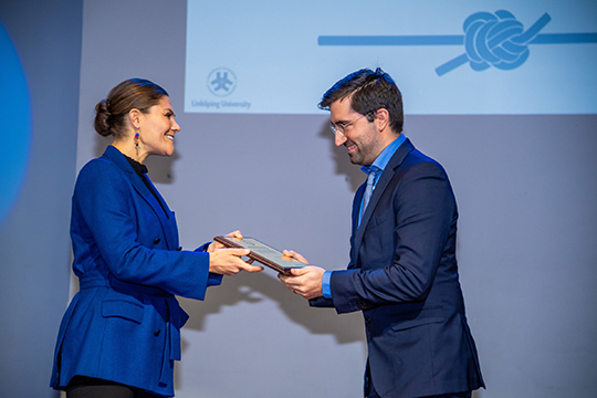 The Crown Princess awarded the Johnny Ludvigsson Prize for younger childhood diabetes researcher to Araz Rawshani. Photo: Pelle T Nilsson / SPA